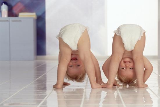 Дети вверх ногами