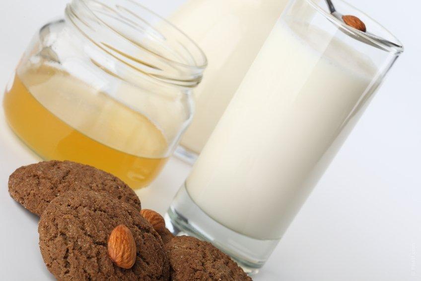 Мед с молоком и печеньем