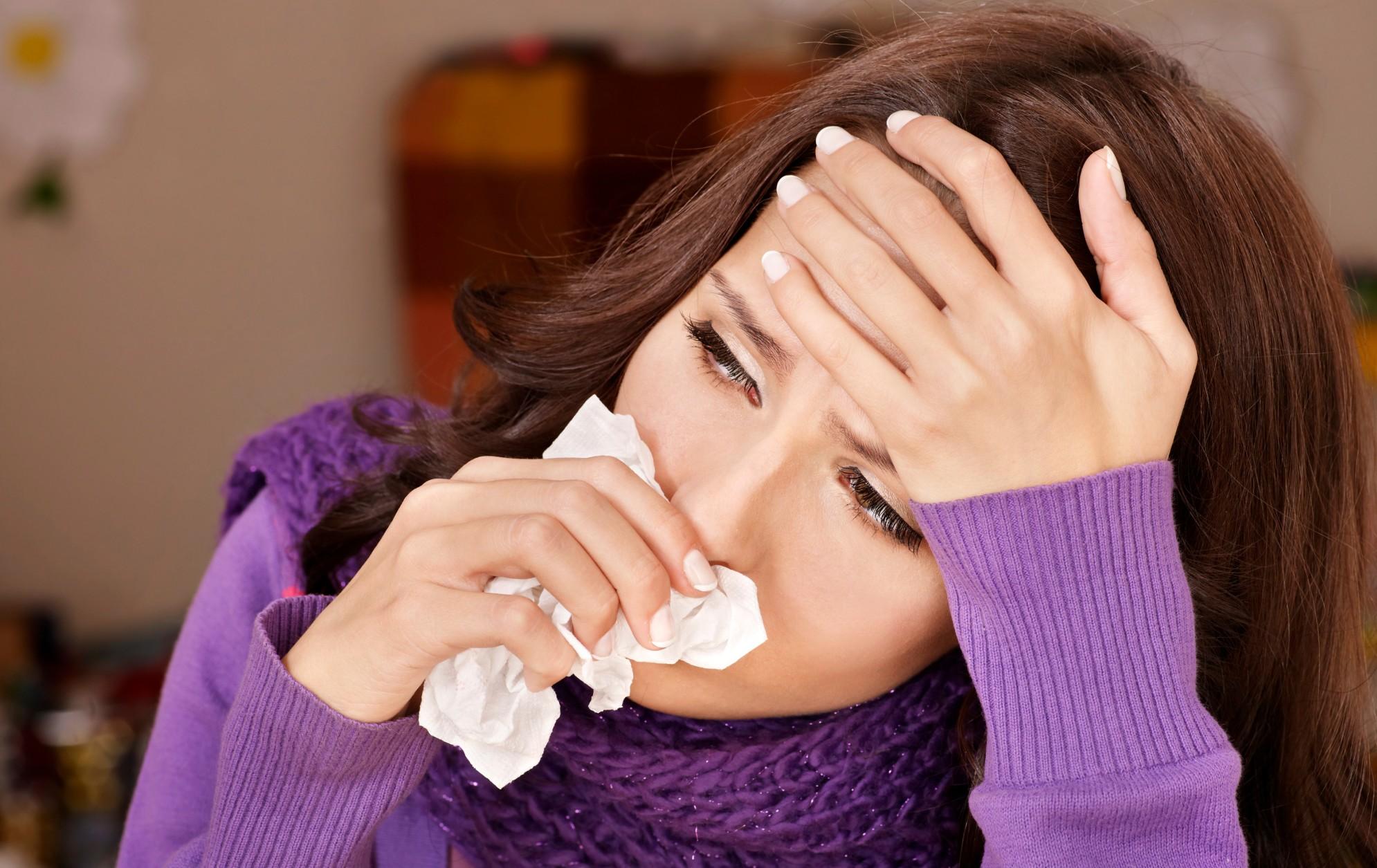 Девушка с платком у носа