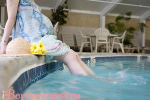 Беременная у бассейна